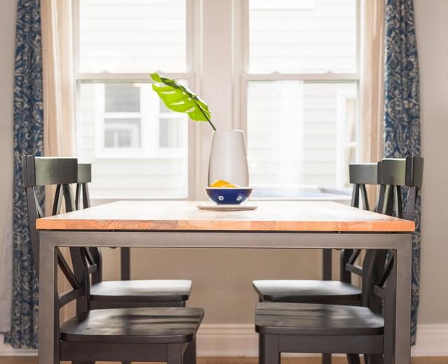 Jak zabezpieczyć stół przed zarysowaniem?
